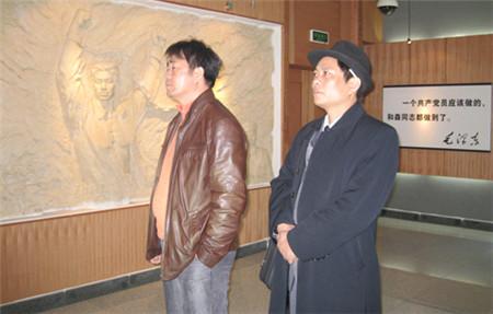 游客观看蔡和森陈列室