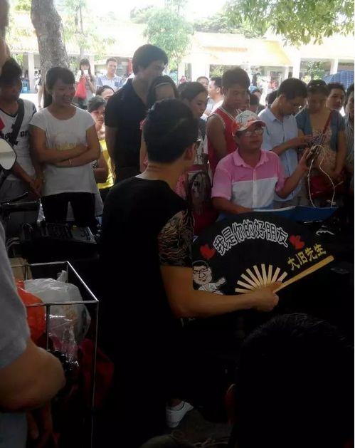 去凤凰山游玩,有一位谢老师唱歌很好听
